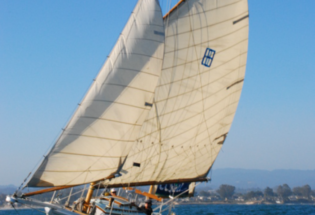 Classic-wood-yacht-under-sail