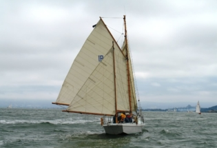 Wood-yacht-sailing-downwind