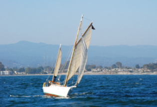 Wood-yacht-sailing-in-Santacruz