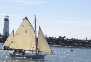 Wood-yacht-and-Santacruz-lighthouse