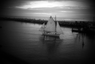 Wood-yacht-sailing-blackandwhite